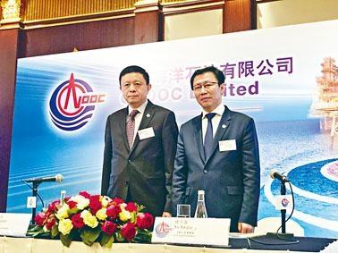 徐可強(右)說,去年資本支出輕微超目標上限,至802億元。