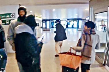 季炳雄(中)步出機場大堂,有一男一女接機。