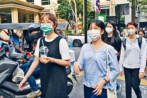 泰國街頭不少人戴上口罩。