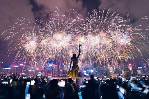 每年煙花匯演都吸引數十萬人夾岸觀賞。