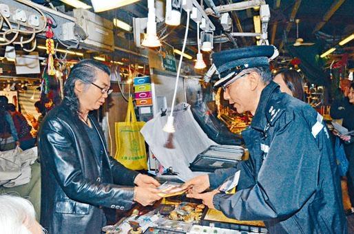 油尖警區警務人員不時派發單張,向商戶和市民宣傳警民合作防罪及滅罪。