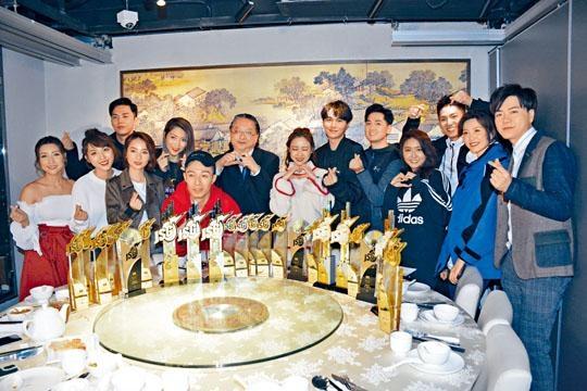 星夢今次橫掃《勁歌》逾半獎項,老闆何哲圖拉大隊慶功。