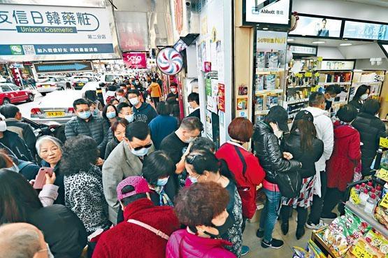 大批市民在荃灣排隊輪候口罩。