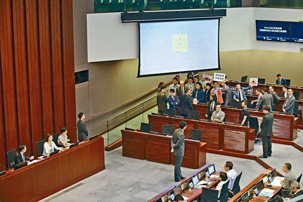 立法會財委會近月受泛民議員「拉布」問題困擾,令批出的工程大大減少。