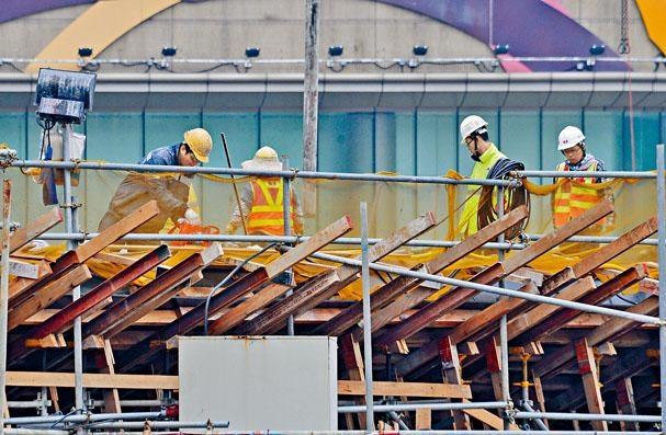 本港近月整體工程數量減少,令建築工人薪金減少及開工不足。