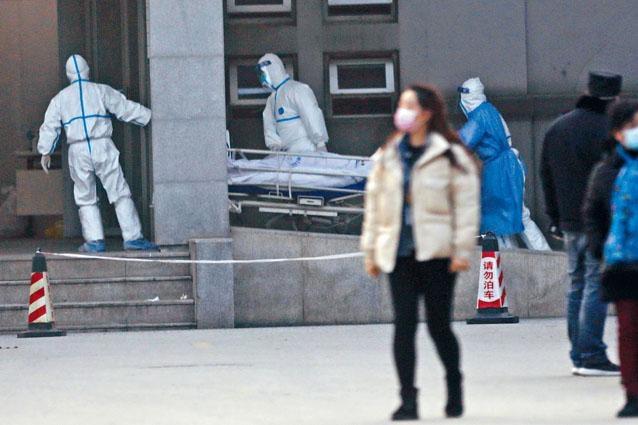 肺炎患者轉送武漢金銀潭醫院。醫護「重裝」戒備。