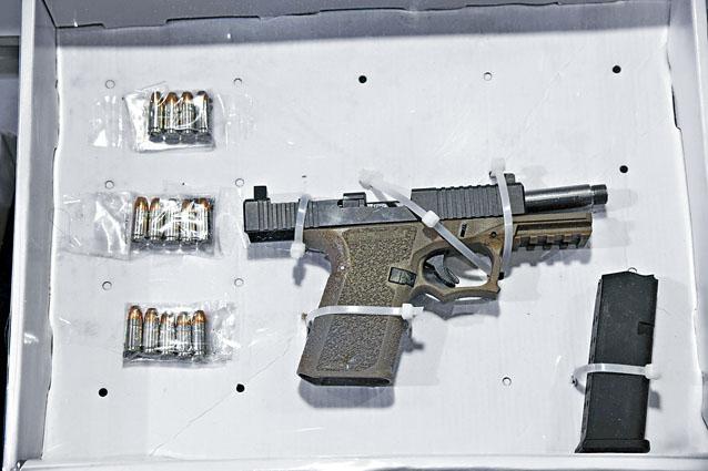 警方在廣源邨拘捕涉嫌男子,在其住所起出P80半自動曲尺手槍及逾百發子彈。