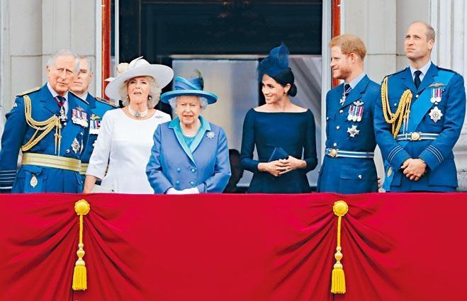 英女皇、哈里王子夫婦和威廉等皇室成員,二〇一八年七月在白金漢宮觀看飛行表演。