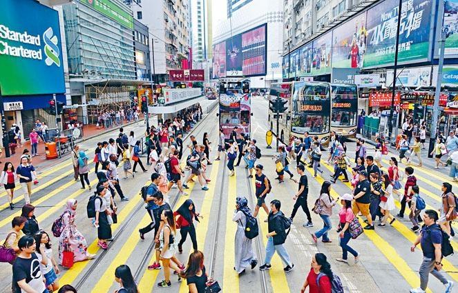 林鄭月娥建議逐步提高法定假期日數,由12日增至17日,與公眾假期日數看齊。