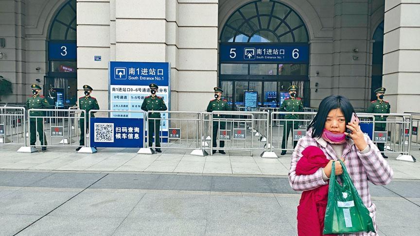 有市民未能趕及火車站封閉時入站,無奈地在車站外致電友人吐苦。