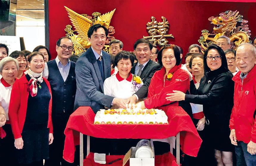(前排右起)黃國麟、艾米、黃周麗桃、歐宏偉、周美桃、徐佑典、林卓培等一同切蛋糕。
