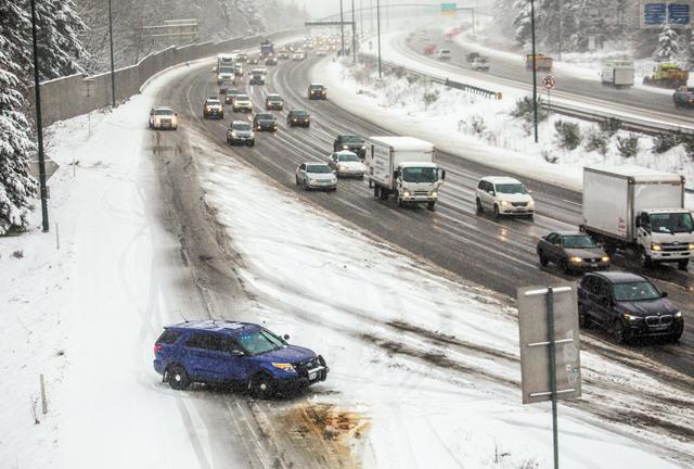 冬季風暴來襲,華州405公路靠近Kirkland地區交通嚴重堵塞。Steve Ringman/西雅圖時報/美聯社