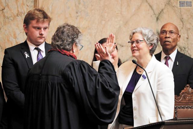 積姬絲(右二)宣誓就任眾議院議長。美聯社