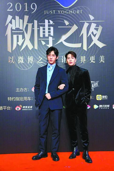井柏然(左)與王嘉爾挽 手一起走紅毯。 網上圖片