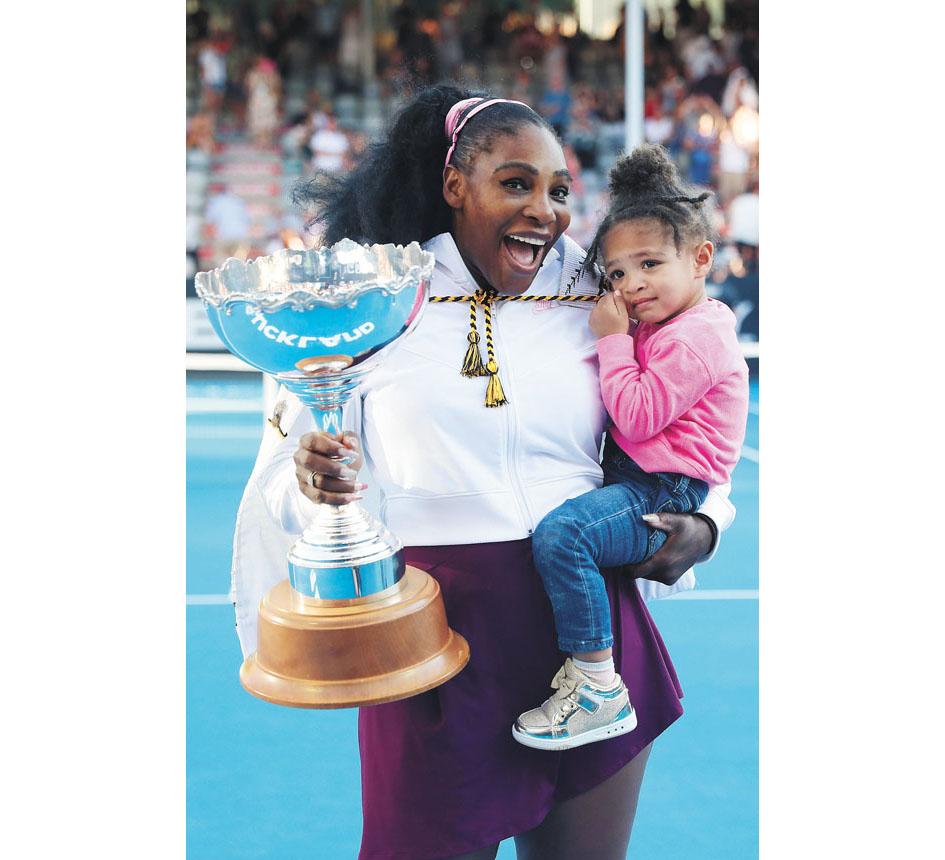 抱著女兒捧起奧克蘭賽女單冠軍獎盃,小威感覺很棒。美聯社