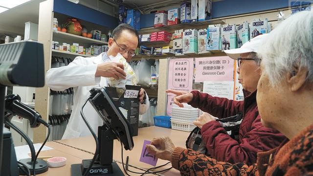 華埠的藥房有長者前來藥房購買口罩。記者黃偉江攝