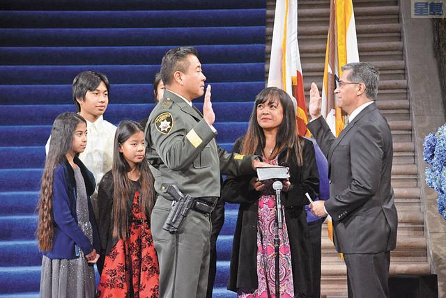加州首位亞裔縣警局局長宮本宣誓就職。 記者徐明月攝
