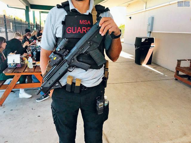 ■圖為佛羅里達州的一所藝術學校有荷槍實彈警衛在學校裡保護學生。學校圖片