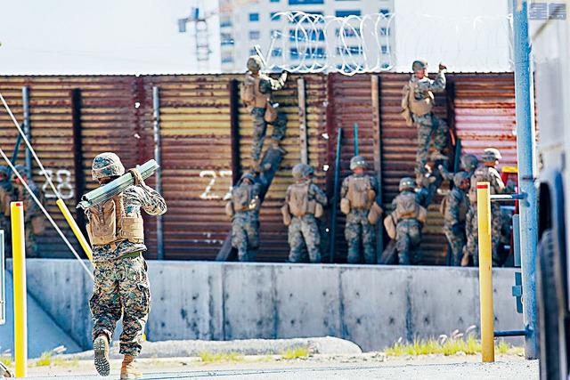 國防部軍人在幫助修建部分邊境牆。   資料圖片