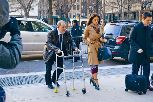 ■在強姦和性侵犯指控審判第一天結束時,溫斯坦(左)與律師一起離開法庭。美聯社