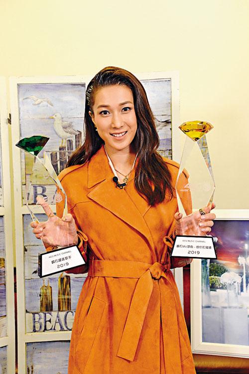 嘉欣獲兩獎項,笑言應該頒最佳男女主角給老公和囡囡。