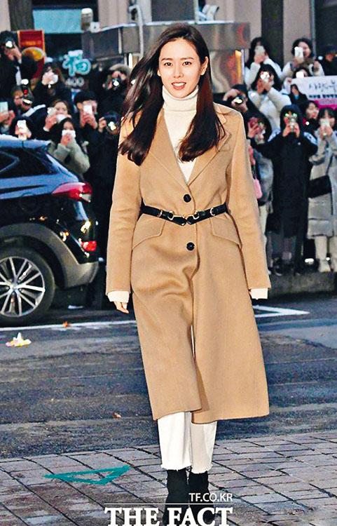 孫 藝 珍 前 晚 出 席 慶 功 時 , 與 玄 彬 穿 上 同 一 色 系 大褸,被指穿情侶裝。
