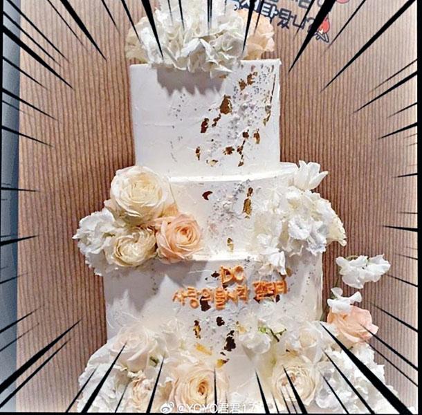 慶 功 宴 內 的 一 個 大 蛋 糕,被指似足結婚蛋糕。