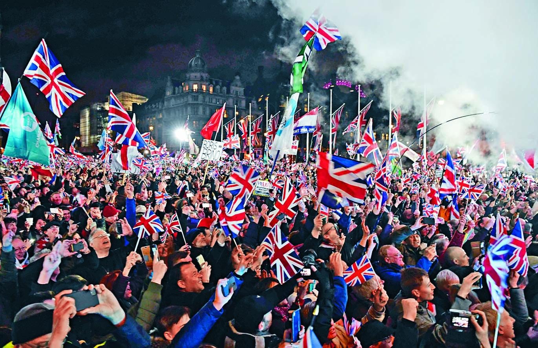 ■英國上周五脫歐的一刻, 國會廣場上大批脫歐支持者 揮舞英國旗慶祝。 法新社