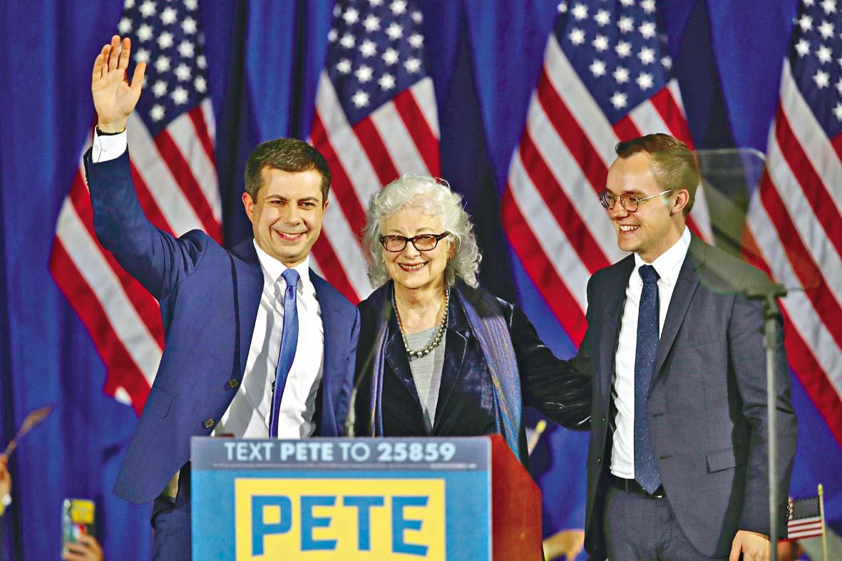 ■同性戀的布蒂吉格與母親和丈夫(右)出席新 州初選之夜集會。 法新社