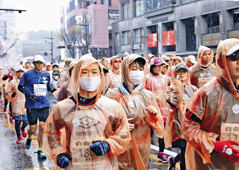 熊本城馬拉松前日舉行時有選手戴口罩參與。 美聯社