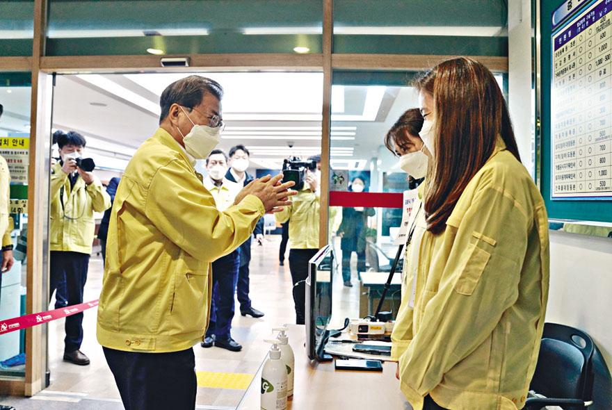 文在寅周二到大邱市一所醫療中心視察,並鼓 勵職員。 路透社