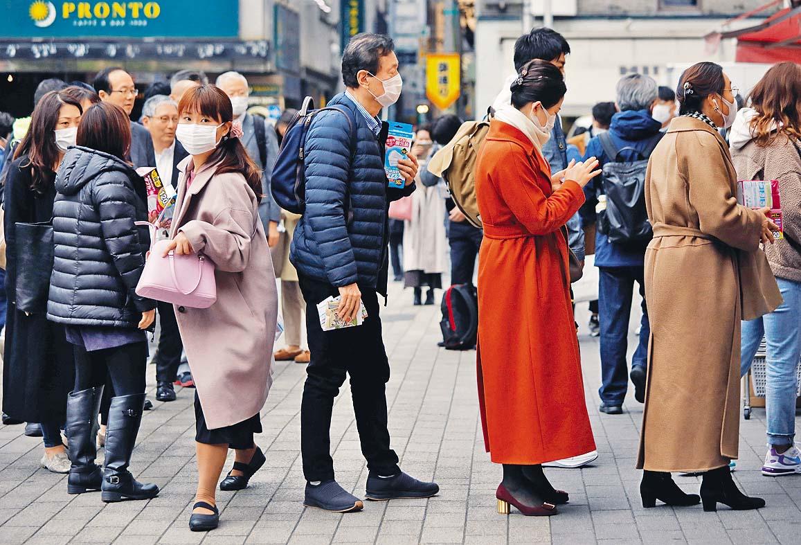 ■東京民眾昨日忙着在藥妝店排隊買口罩。 路透社