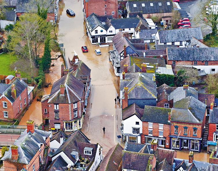 英格蘭坦伯里威爾斯鎮昨日街道水浸。 美聯社