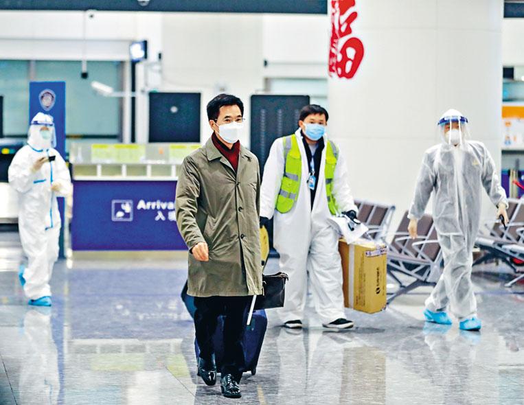 南韓新任駐武漢總領事姜承錫(中),昨日凌晨乘貨機抵達武漢天河機場。 中新社