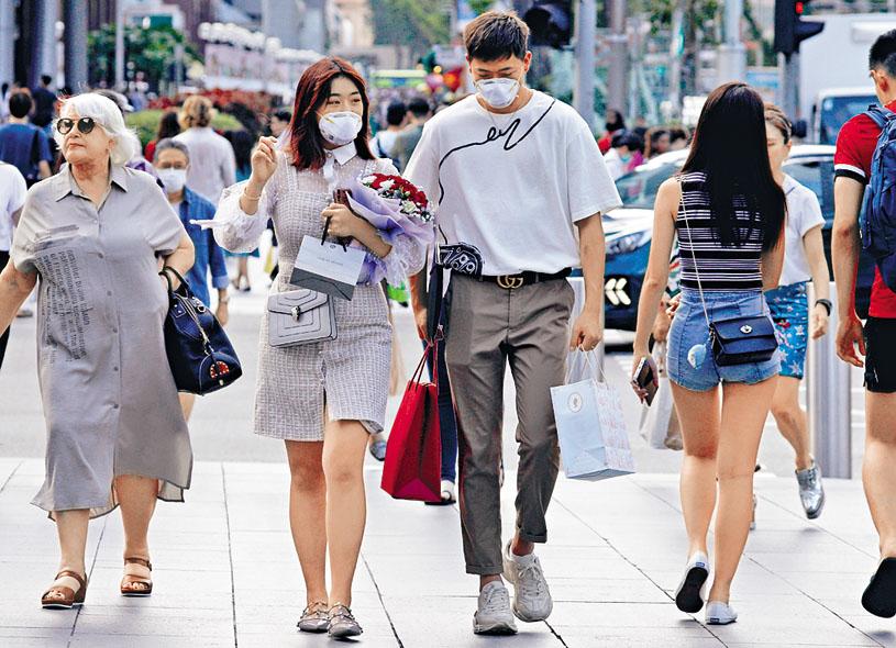新加坡一對情侶戴着口罩慶祝情人節。 路透社