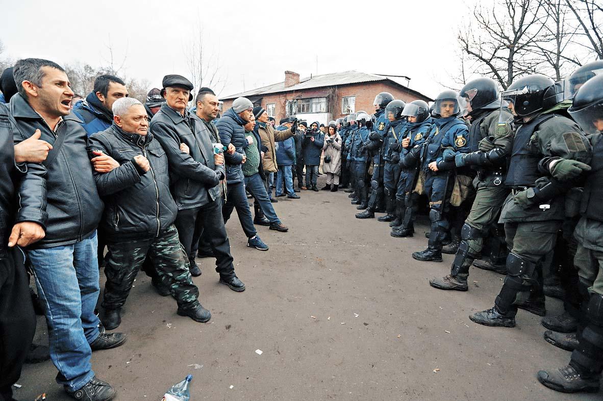 示威者與防暴警察對峙。  路透社