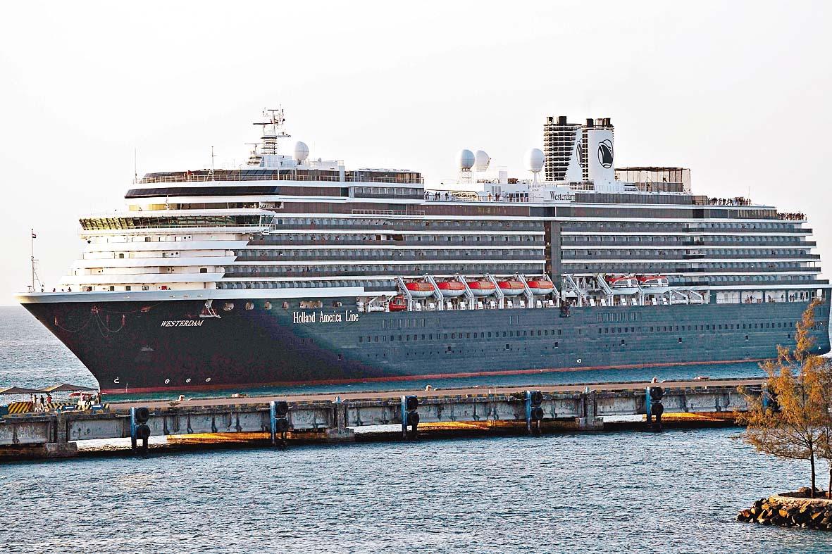 「威士特丹號」昨日抵達柬埔寨西哈努克港。 法新社