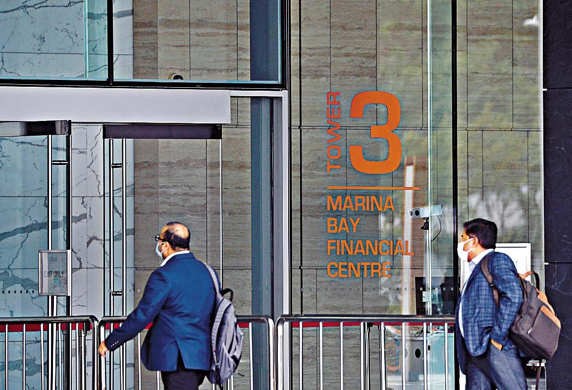 ■新加坡星展銀行總部所在的濱 海灣金融中心三座入口。 路透社