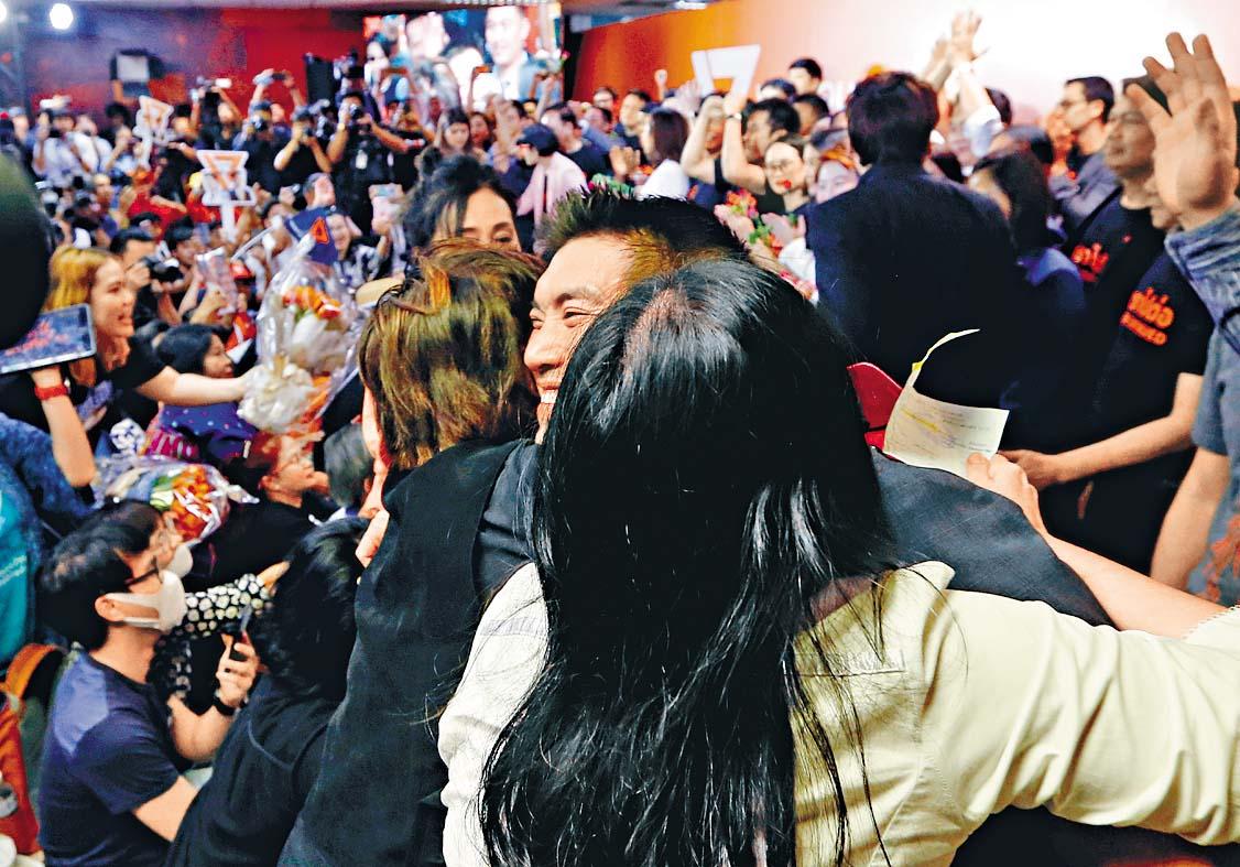 未來前進黨支持者昨日在總部迎接黨魁塔納通 到場。 路透社