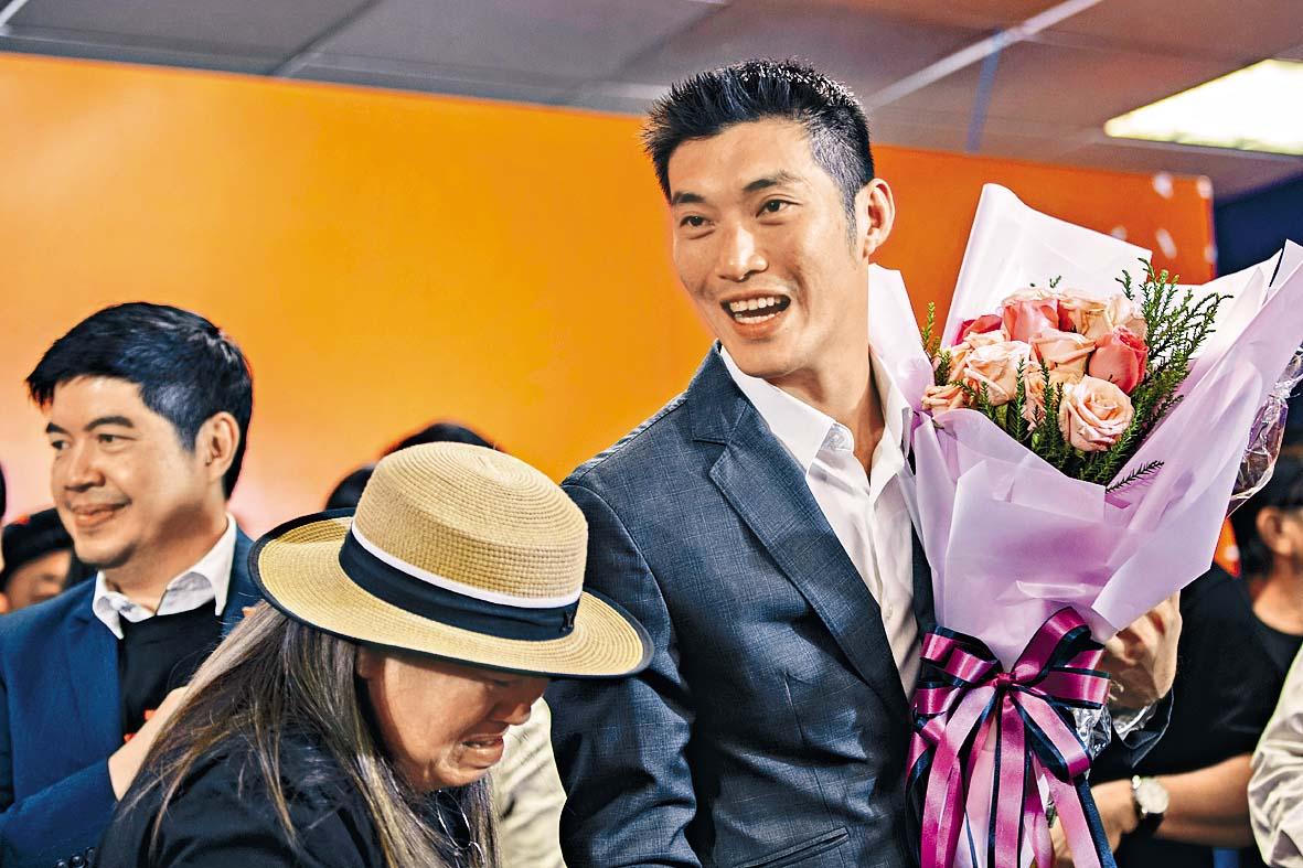 支持者向塔納通獻花。 美聯社