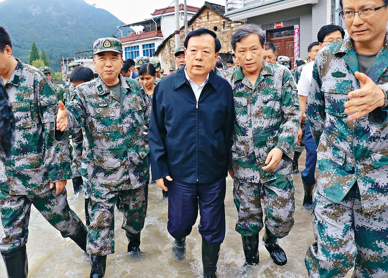 颱風「鮎魚」重創浙江,夏寶龍到災區視察。