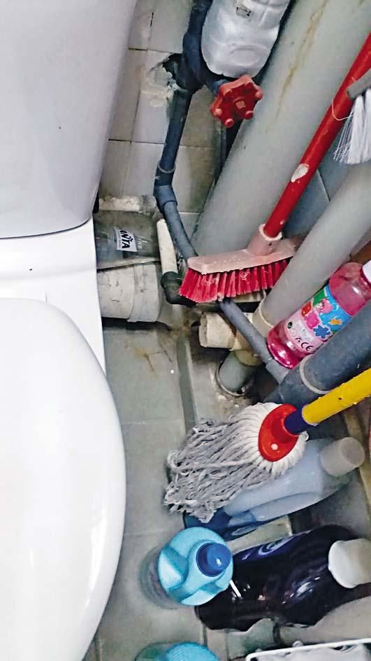康美樓確診者單位廁所排氣喉被切斷。