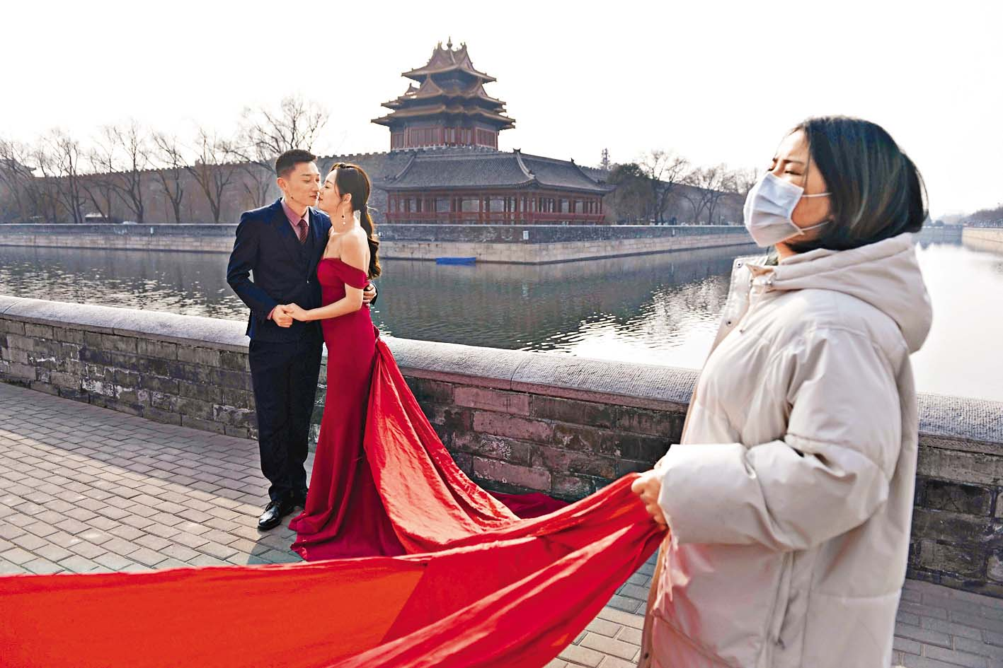 疫情趨緩,一對準新人在北京紫禁城前拍攝結婚照。 法新社
