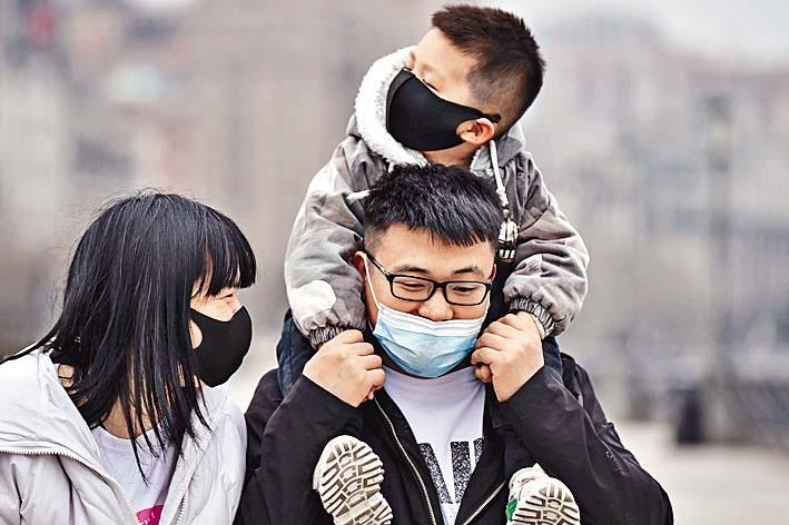 上海無新增確診個案。有一家三口在黃浦江邊散步。 法新社
