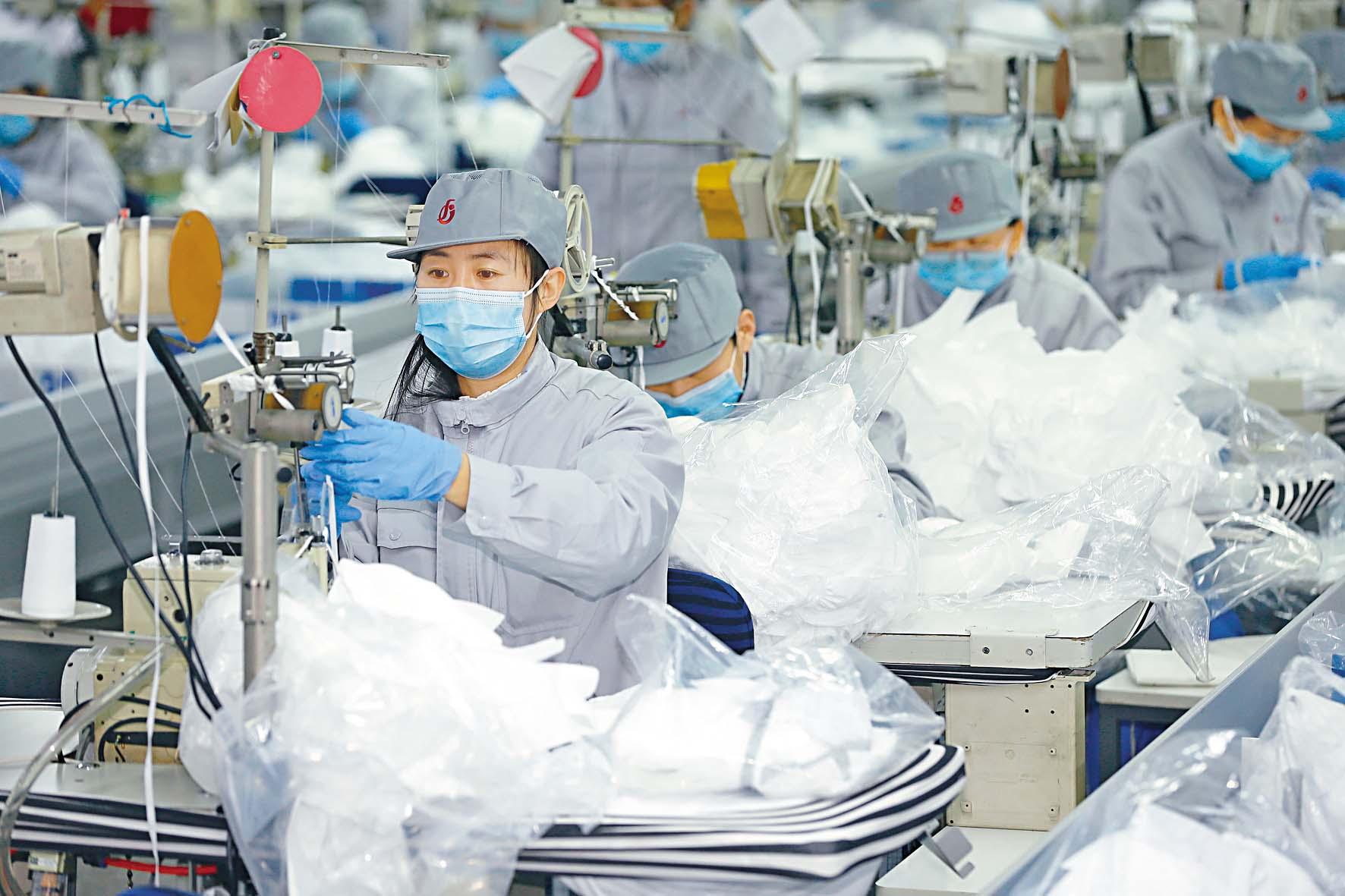 ■青島一家紡織廠,轉 為生產口罩。 新華社
