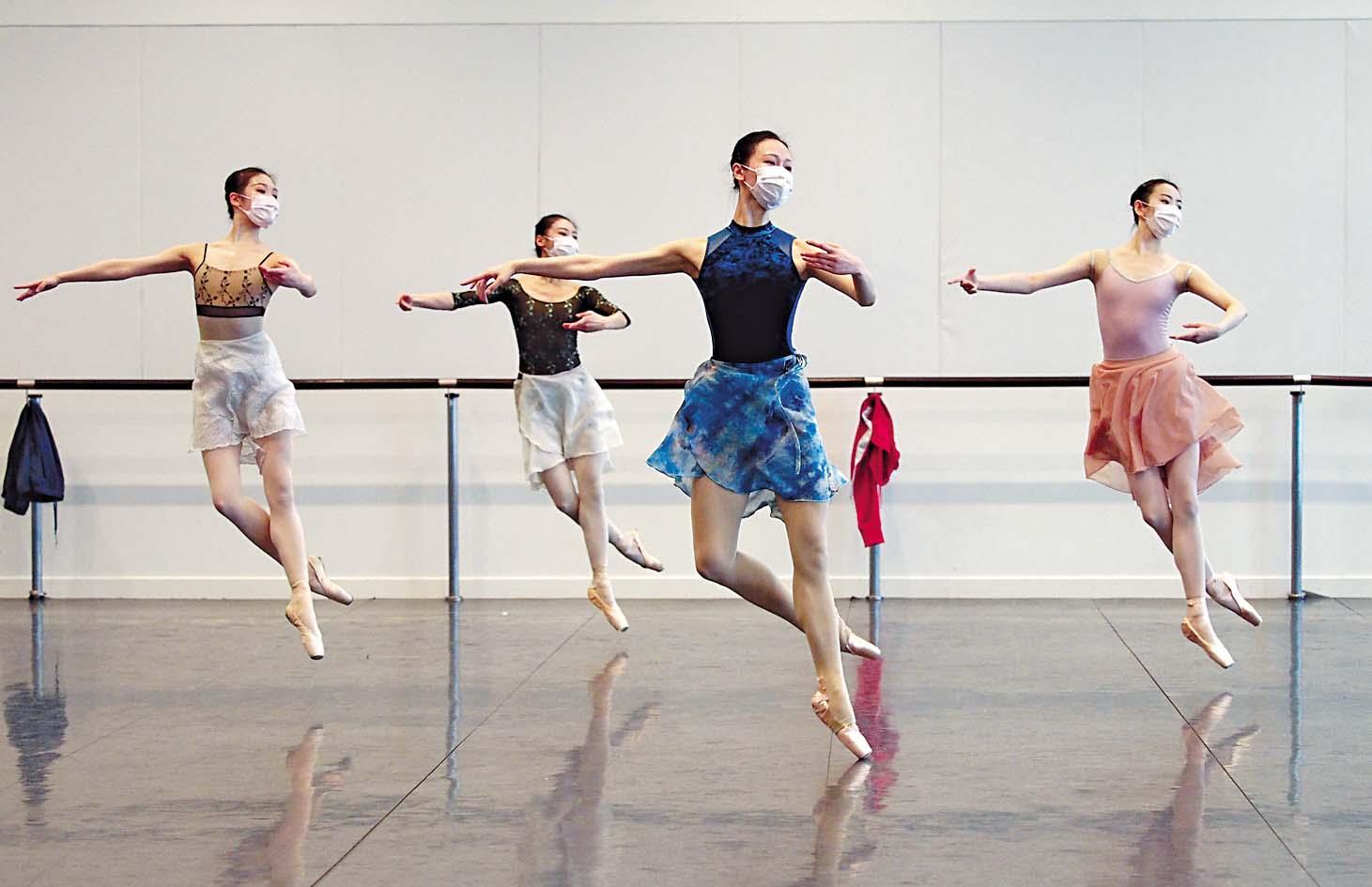 ■上海芭蕾舞團網上直播,示範基礎 動作。 新華社