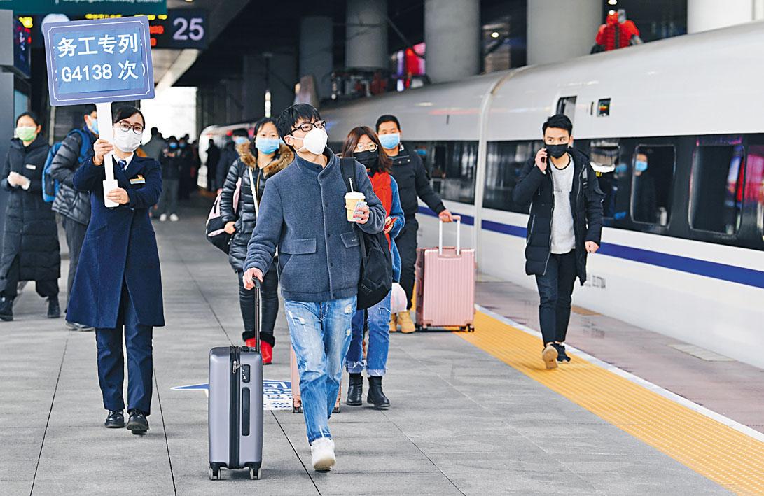 近三百名貴州工人乘高鐵專列前 往杭州復工。乘客進站統一量度體 溫、列車上「隔排隔座」。 新華社