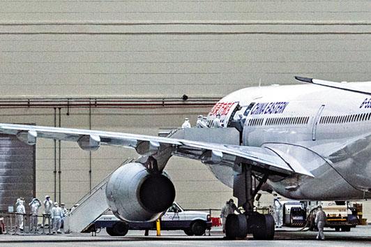 武漢台商包機抵台,醫護人員上機檢疫。