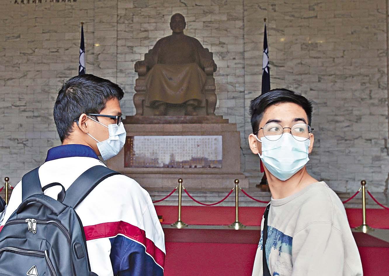 ■台北中正紀念堂的戴口罩參觀者。 美聯社