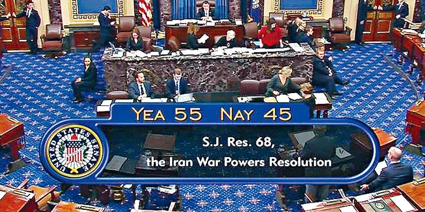 參議院以55票對45票通過決議案,限制總統特朗普對伊朗發動戰爭的決策權。不過,特朗普已表明將行使否決權。電視屏幕截圖